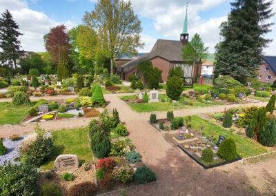 Friedhof Dehme mit Auferstehungskirche